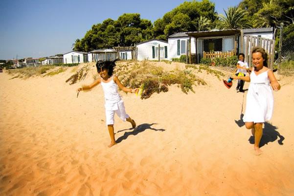 Camping Las Palmeras Tarragona niñas playa
