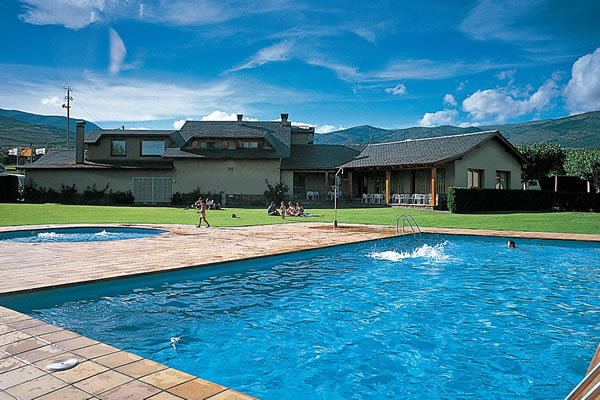 Camping pirineus en guils de cerdanya gu a vayacamping - Camping piscina climatizada catalunya ...