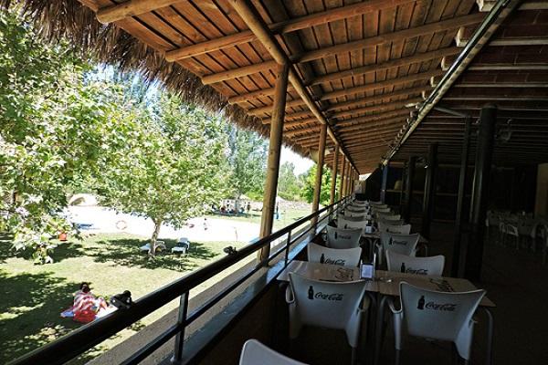/campings/espana/extremadura/caceres/Caceres/terraza-restaurante-piscina.jpg