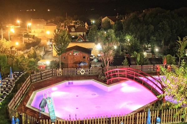 /campings/espana/principado-de-asturias/asturias/costa-verde-este/Ribadesella/vista-nocturna-camping-ribadesella.jpg