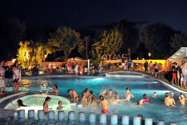 Camping Les Galets piscina noche