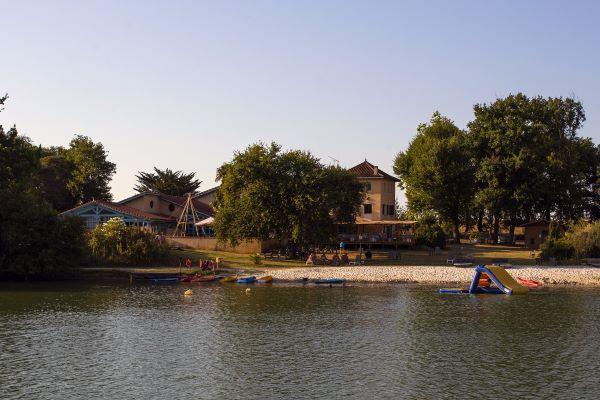/campings/francia/midi-pirineos/gers/DomaineLacsdeGascogne/domaine-lacs-de-gascogne-lac-de-baignade-avec-plage.jpg
