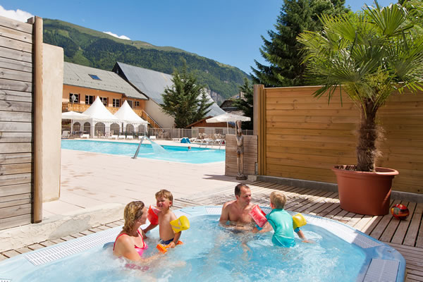 Camping Chateau de Rochetaillee jacuzzi