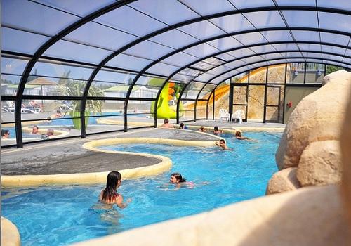 Cubiertas para piscinas gu a vayacamping for Camping con piscina cubierta