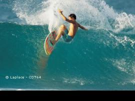 Practicar el surf en las playas del Atlántico